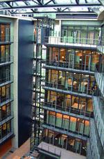 Klimafassade, Deutsche Apotheker- und Ärztebank, natürliche Gebäudelüftung, Glasdach, Glaswände, Fassadenfenster, Fassadenklappen, LON-Technologie, Wetter-Station