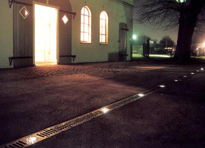 beleuchtete Regenrinne, Entwässerungsrinne mit LED-Lichtpunkten in RGB-LED-Technik, Drainagerinne, LED-Technik
