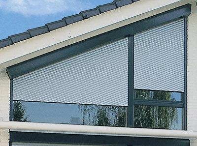 Schrägrollladen, asymmetrische Fenster, Motorisierung von Schrägrollläden, Giebelfenster, Rollladenantrieb, Schrägrollladen, Rolladenantrieb, Rollladensteuerung, automatische Rollladen, Schrägrolläden, Schrägrolladen, Verglasung, Giebel, Sichtschutz, Sonnenschutz, Trapezfenster, Dreiecksfenster, Dachausbau, Fenster