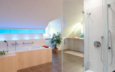 barrierefreies Bad, bodengleiche Dusche, unterfahrbarer Waschplatz, thermostatische Armaturen, Sanitärobjekt, Waschbecken, WC, Stützgriff, Haltegriff