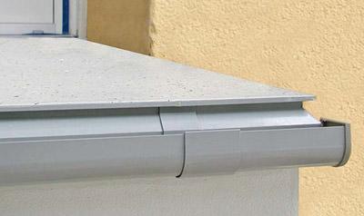 Balkon, Balkonbeschichtung, Rinne, Balkonrinne, Balkonentwässerung, Balkonbau, Regenrinne, Regenablauf, Balkonabschluß, Randentwässerung, Schmutzfahne, Bausubstanz, Gewährleistung, Haftung, Balkongeländer