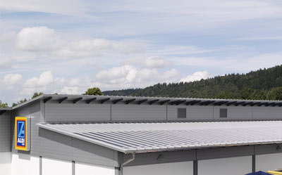 Solarstrom, Solarmodule, Metalldach, Aludach, Aldi-Energy-Store, dachintegriertes Photovoltaiksystem, PV-System, Dünnschicht-Solarmodule, Aluminiumprofiltafeln, Aluminium-Profiltafel, Dünnschicht-Silizium-Solarzellen, Profiltafeln, dachintegrierte PV Anlage, amorphe Dünnschichtmodule, Niedrig-Energie-Gebäude