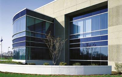 getöntes Sonnenschutzglas, Pilkington Arctic Blue, durchgefärbtes Floatglas, Sonnenschutzgläser, Fenster, Glasfassade, Halbzeug, transparenter Sonnenschutz, Glas, Fensterglas, Lichttransmission, Energietransmission