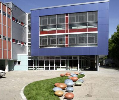 Beton, Betonbau, Betonkunst, farbiger Beton, Zement, farbige Betone, pulverförmige Additive, Hochleistungszement, Hochleistungsfließmittel, Betonzusatzmittel, Betonzusatzstoffe