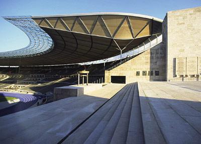Kaum ein Gebäude legt so hautnah Zeugnis deutscher Geschichte des 20. Jahrhunderts ab wie das Berliner Olympiastadion. Im Rahmen seiner Sanierung und Erweiterung galt es, Granit- und Sandsteinbeläge detailgenau wieder herzustellen.