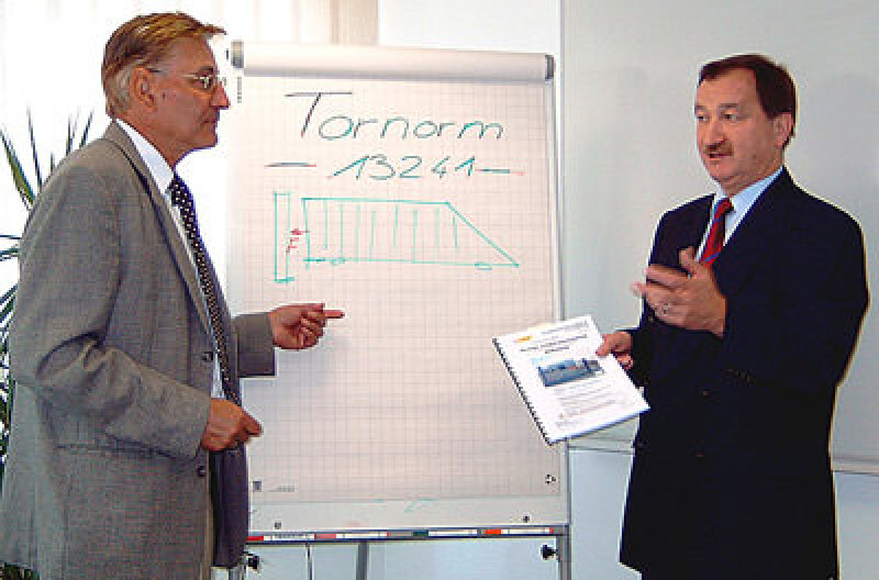 Tor, DIN EN 13241-1, Hoftor, kraftbetätigte Toranlage, Torantrieb, automatisches Tor, Objektsicherung, Geländesicherung, kraftbetätigtes Tor, Schranken
