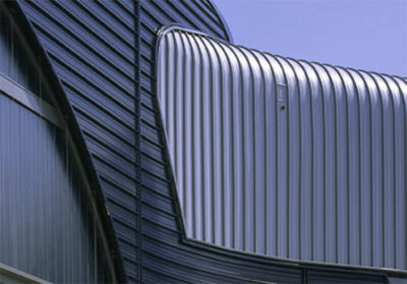 Metallfassade, Alu-Fassade, Kalzip Alu-Fassade, BMW Werk, Stahltrapezprofil, Fassadenverkleidung, Vorhangfassade, Stehfalz, Fassadenbekleidung, Fassade, Zaha Hadid, Deutscher Architekturpreis 2005, Industrieglas