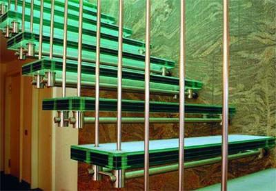 Glastreppe, Glastreppen, Verbund-Sicherheitsglas, Glasstufe, Glasstufen, Treppen aus Glas, teilvorgespanntes Glas, TVG, Treppe, rutschhemmender Siebdruck, Polyvinyl-Butyral-Folie, teilvorgespannte Glaselemente