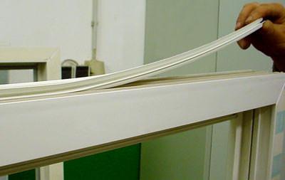 Rollladenkasten, Rollladenkästen, Fensterrahmen, Kunststoffleiste, Rollladenkastenhersteller, Rollladenkonfektionär, Fenstersystem, Rollladenkasten-Fenster-Anschluß, Rollläden, Rollladen, Kasten-Rahmen-Verbindung, Abdichtung