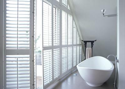Innenfensterladen, Shutters, Fensterladen, Fensterläden für Innen aus Holz, Holzfensterladen, Innenfensterläden, Innenausstattung, bewegliche Lamellen, Sonnenschutz, Möbelscharniere