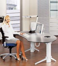 Ergodynamik: gesundheitsbewusste Büroeinrichtung mit höhenverstellbarem Schreibtisch