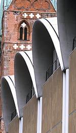 Lamellenziegel: Keramikfassade, Backsteingotik, Lamellenfassade, Pilaster