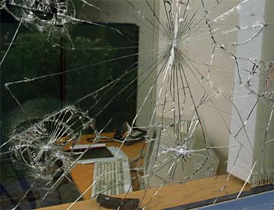 Fensterfolie, Splitterschutzfolie, Fensterfolien, Einbruchschutz, Splitterschutz, Sicherheitsfilm, Splitterschutzfilm, Türen, reißfeste Polyesterfilme, beschichtete Fenster, Glassplitter, UV-Schutz, Glasbruch, Bleichschäden, Bleichschaden, Schaufensterscheiben, Glasscheiben