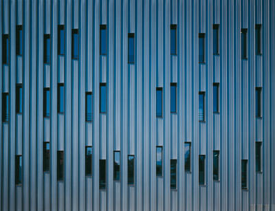 Aluminiumfassade, farbige Metallfassaden, Metallfassade, Aluminiumfassaden, patiniertes Kupfer, TitanColor, metallische Farben, Aluminium Fassade, Fassaden, Oberflächentextur, Corus Bausysteme, Coilcoating, Perlmica, Metallic-Effekt, changierendes Farbspektrum, changierende Farben, Lichteinfall, Nuancierung, Kalzip Aluminium Profiltafeln, Profiltafel