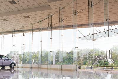Fassadenverglasung, Glasbeschlag, Glas-Fassadenkonstruktion, Fassaden, Glasbeschläge, Glasfassade, Eingangsbereich, Automatic-Türanlage, Ganzglasanlage, Karussell-Türanlage, Glas-Fassadenkonstruktionen, Übereck-Eingang, Beschläge, Glasarchitektur
