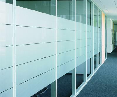 Bürotrennwand, Glastrennwand, Trennwand, flächenbündige Bürotrennwände, Innenausbausysteme, rahmenlose Verglasung, Glastrennwände, Akustikwand, structural glazing, Wandelemente, verdeckt liegendes Türband, Türbänder, Türschließer, Raumakustik, schallabsorbierende Wandoberflächen
