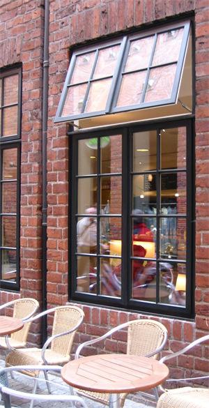 Holzfenster, nach außen öffnende Fenster, Hamburger Holzfenster, nach außen zu öffnendes Fenster, Oberlicht, schmales Fensterprofil, Fensterflügel