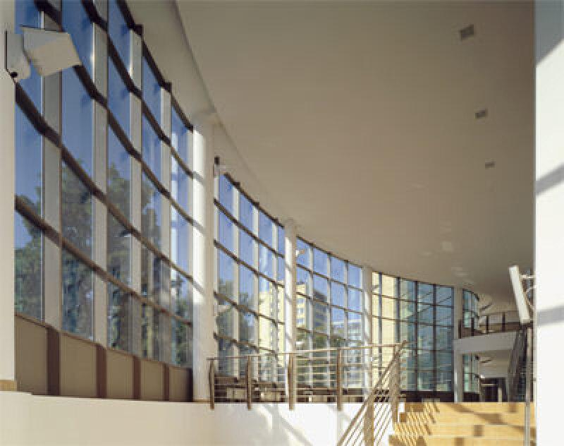 farbiges Glas, Sonnenschutzglas, Sonnenschürze, Doppelfassade, Glasarchitektur, Glashersteller Pilkington, Basisglas, Flachglas, Lichtdurchlässigkeit, gefärbtes Glas