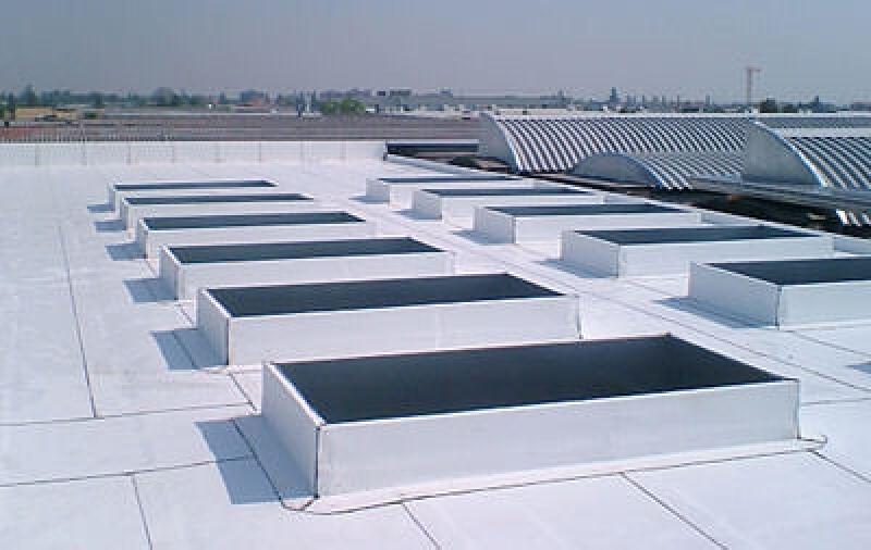 Weiße Bitumenbahn, Bitumenflachdach, Bedachung, Bitumenbahnen, Bitumendachbahn, Klimaanlage, Dachabdichtung, weiße Acrylschicht, Energiebedarf, Bitumendachbahnen, acrylbeschichtete Dachabdichtungsmembran
