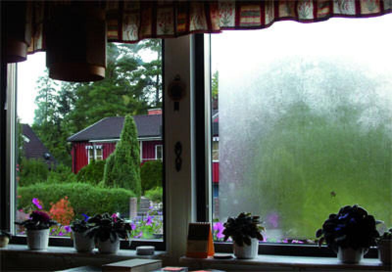 Dreifach-Isolierglasfenster, dreifach verglastes Fenster, Dreifachglas, beschlagene Fenster, Fensterscheiben, Dreifach-Isolierglas, Kondenswasser, Kondensat, Titandioxid-Beschichtung