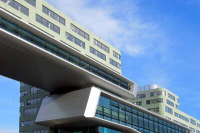 über 10.000 m² grüne, gesäuerte betoShell BIG-Fassadenelemente ...