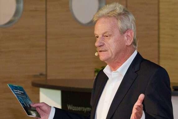 Siegfried Gänßlen, Vorstandsvorsitzender der Hansgrohe AG, begrüßte die Gäste in der Hansgrohe Aquademie.