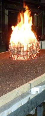 """Als """"Tastversuch"""" wurde zunächst nochmals ein Brandversuch in Anlehnung an DIN 4102-7 durchgeführt, der auch dem """"Prüfverfahren 1"""" nach DIN EN 1187entspricht. Der Aufbau zeigte sich unbeeindruckt."""