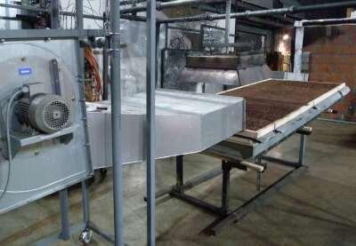 """Die Versuchseinrichtung für das """"Prüfverfahren 3"""" mit Gebläse und Wärmestrahler und einem der 1,2 x 3,0 m großen Gründachaufbauten,  zunächst ohne Begrünung."""