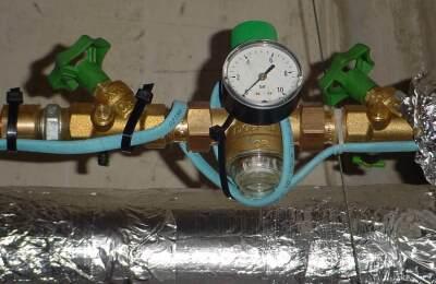 Mit einer Rohrbegleitheizung von Danfoss lässt sich ein Einfrieren der Leitungen verhindern. Die Heizbänder sind selbstlimitierend: ein temperaturabhängiges Widerstandselement reguliert und begrenzt die Wärmeabgabe entsprechend der vorherrschenden Umgebungstemperatur
