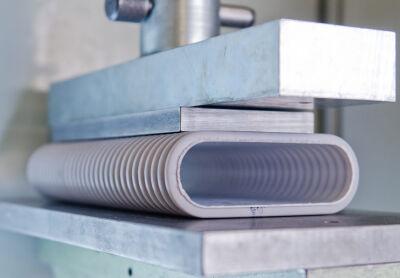 Auch die Prüfung zur Druckfestigkeit bestanden die Zehnder Lüftungsrohre erfolgreich in den Prüflabors des 'SKZ – Das Kunststoff-Zentrum'