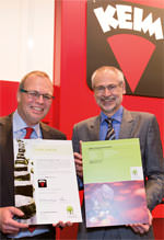 Keimfarben-Geschäftsführer Rüdiger Lugert und IBU-Geschäftsführer Hans Peters