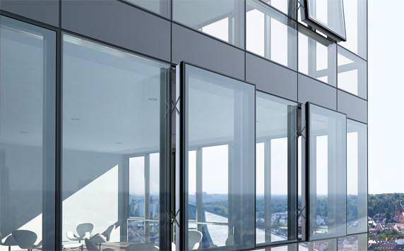 Fassadenansicht der Schüco Structural-Glazing-Fassade FW 50+ SG.SI mit nach außen öffnenden Senkklapp- und Parallel-Ausstell-Flügeln der Fensterserie AWS 114.
