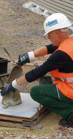 GfBB prüftechnik-Ingenieur bei einer Frischbetonprüfung