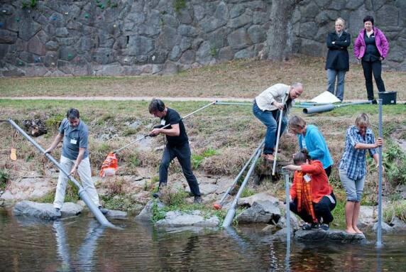Musikpädagoge Michael Bradke nahm seine Workshop-Gruppe mit ans Flussufer, wo man den Gewässern tolle Töne entlockte.