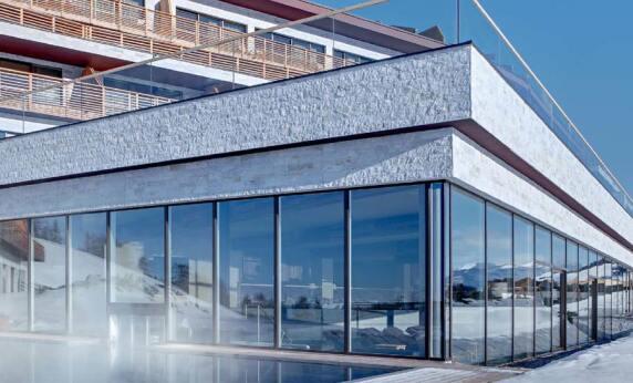 Hebeschiebetür-Fensterwand im Wellnessbereich des Hotels Alpina Dolomites Seiser Alm, Dolomiten