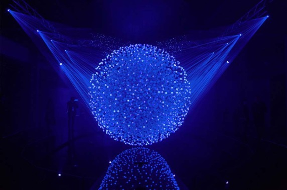 Lichtkunst: FLUIDIC-Sculpture in Motion, Mailand (WHITEvoid interactive art & design), Foto: Christopher Bauder