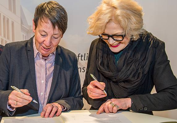 Dr. Barbara Hendricks und Dipl.-Ing. Architektin Barbara Ettinger-Brinckmann unterschreiben auf der BAU 2015 eine Vereinbarung zur Fortführung des Deutschen Architekturpreises.