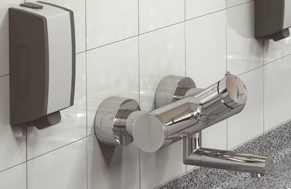 In Produktionsbetrieben kommt es sehr oft auf die bequeme Reinigung stark verschmutzter Hände an. Mit dem praktischen Auf/Zu-Thermostat beim Wandauslauf Vitus lässt sich die gewünschte Wasser¬temperatur leicht regulieren.
