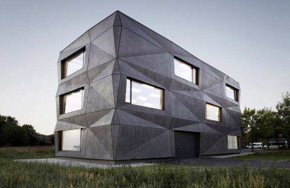 """""""Produktions- und Bürogebäude Textilmacher"""" von tillicharchitektur - Foto: Michael Compensis"""