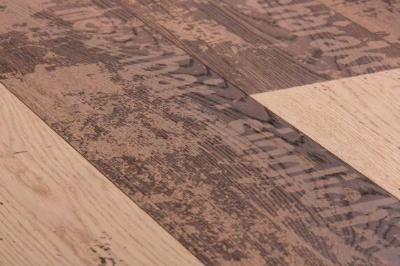 Carving Grunge I: Mix aus thermisch behandelten und unbehandelten Eichendielen.