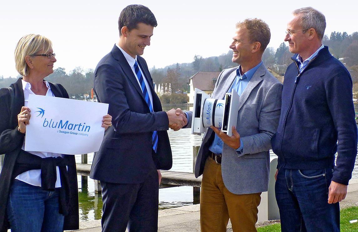 Die Gesellschafter der bluMartin GmbH Elke Martin, Thomas Schally und Bernhard Martin sowie Gustaf Ahlenius, Leiter der Unternehmensentwicklung bei Swegon