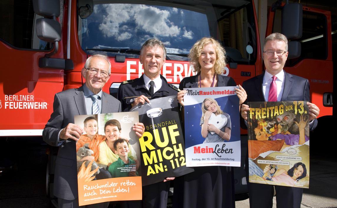 """Mitglieder der Initiative """"Rauchmelder retten Leben"""" präsentieren Kampagnenmotive der vergangenen Rauchmeldertage"""