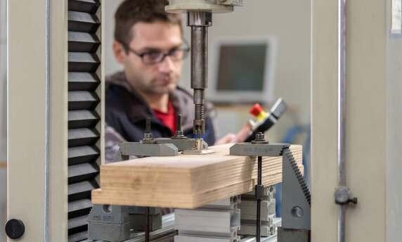 In dieser Prüfsituation wird getestet, ob sich das Zylinderschloss aufbohren lässt. (alle Fotos: Stiftung Warentest)