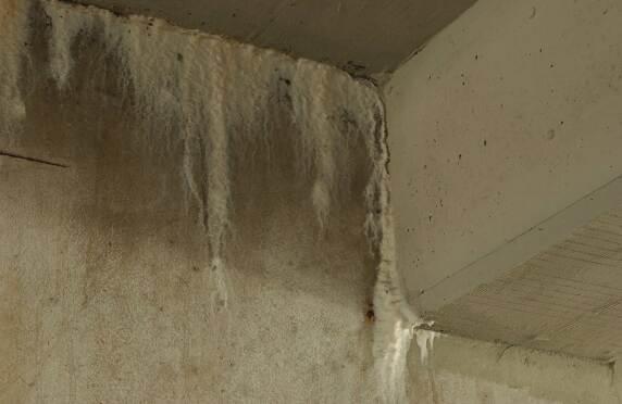 Neben der Chloridkorrosion waren großflächige Ausblühungen an den Unterzügen ein Problem. © Koch GmbH