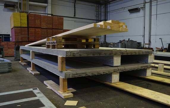 Die Vorfertigung der Holz-Beton-Hybriddecken wurde in einer baustellennahe Produktionshalle untergebracht.