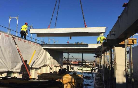 """Deckenkonzept: Neben Stahlbeton als """"Rückgrat"""" kommen Holz-Beton-Verbunddecken in den Büros zum Einsatz."""